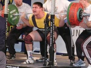 Powerlifter attempting 400kg squat